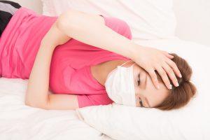 風邪ひいた女性の写真