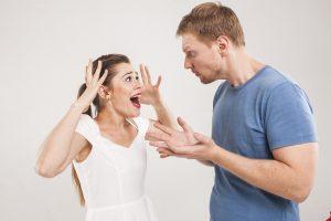言い争うカップルの写真