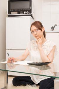 字を書く女性の写真