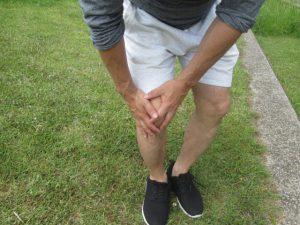 膝を痛がる写真