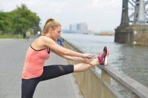 足のストレッチをする女性の写真